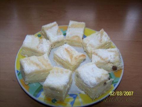 Švédský tvarohový koláč SYPKÁ SMĚS      3 hrnky polohrubé mouky     1 hrnek cukru     1 prášek do pečiva     1 vanilkový cukr     trošku soli  TVAROHOVÁ NÁPLŇ      3 tvarohy ( použijte tvaroh v kostce, ne ve vaničce )     1 hrnek cukru     3 vejce     1/2L mléka     1 vanilkový puding ( prášek )     citrónová kůra     trochu rumu     ždibec strouhaného muškátového oříšku     rozinky     tuk na vymazání formy a polití koláče