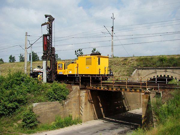 Pale prefabrykowane pod słupy sieci trakcyjnej, Linia kolejowa E 30 Wrocław - Legnica.