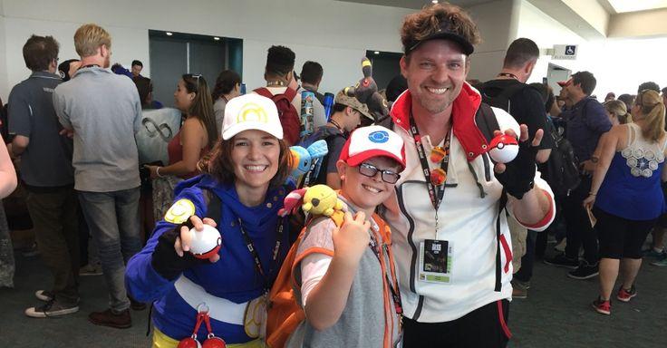 Família unida, joga unida! Heather, August e David Hughes: mãe, filho e pai jogam juntos Pokémon Go durante a San Diego Comic-Con, nos Estados Unidos. A mãe tem até um espaço na roupa para poder pendurar as pokébolas! Quem joga sabe o sufoco que é conseguir essas bolinhas, né?