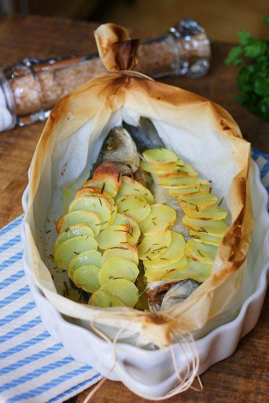 Secondo piatto semplice e veloce da preparare. Il cartoccio e la cottura senza troppi condimenti, mettono in evidenza il sapore delicato del pesce. Mi piace cucinarlo con le spezie, come timo e maggiorana, e soprattutto abbinarlo ad un contorno di patate. Se voi preferite, potete aggiungere un letto di verdure come patate, zucchine e carote. Ingredienti: 2 branzini olio extravergine di oliva sale e pepe prezzemolo aglio timo, maggiorana 2Continua a leggere...