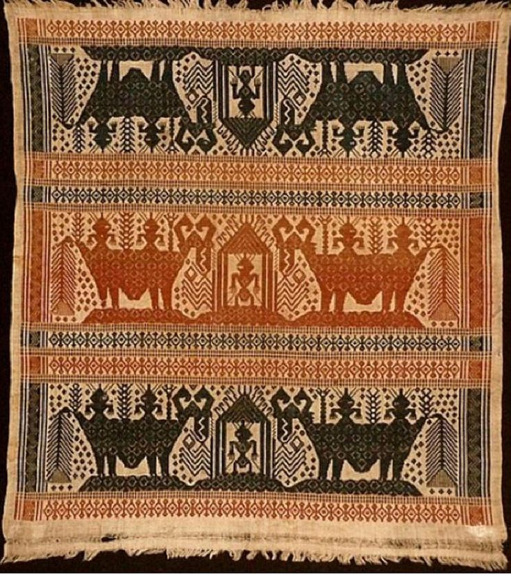 Tampan ritual cloth. Late 19th C. Handspun cotton. Human figures ride stylized beasts in this charming older piece. Colection date: Jan 1979. (DT) South Sumatra, Indonesia Source : http://www.indonesiatravelingguide.com/sumatera-traditional-textiles/south-sumatra-textiles/