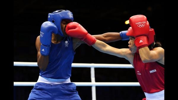 Nicola Adams (L) of Great Britain in action against Chungneijang Mery Kom Hmangte of India during the Women's Fly (51kg) Boxing semifinals on Day 12 of the London 2012 Olympic Games at ExCeL on August 8, 2012 in London, England. (Photo by Scott Heavey/Getty Images)