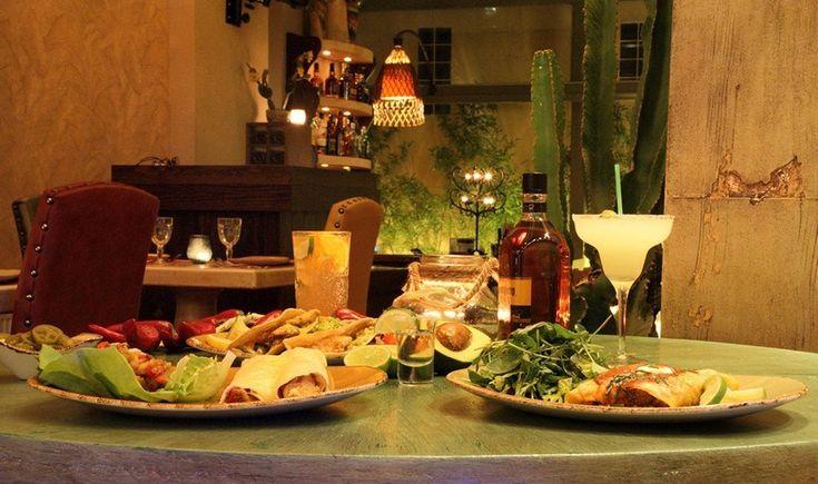 Tραγανά tacos, λαχταριστά burritos, πικάντικα chili con carne, σπιτική σαγκρία και άφθονη παγωμένη margarita. Ανακαλύψτε τα γευστικά στέκια της πόλης που προσφέρουν μια αυθεντική μεξικάνικη εμπειρία.