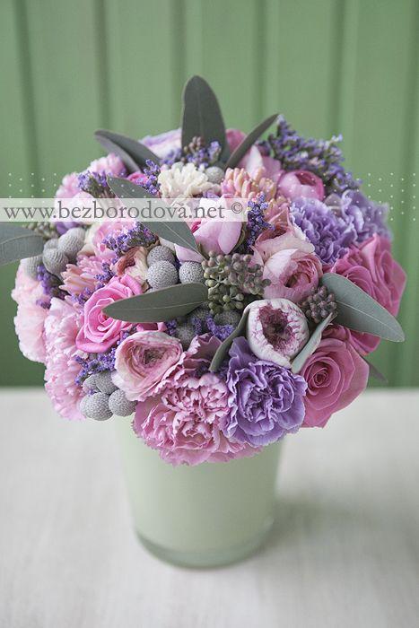 Розовый букет невесты из роз, ранункулюсов и гиацинтов с эскалиптом и сиреневой гвоздикой