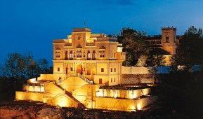 Anada in the Himalayas: Majestätisch auf einer Anhöhe thront der ehemalige Palast des Maharadschas von Tehri Garhwal am Fuße des Himalayas und verwöhnt jeden Gast mit entspannenden Massage, Yoga, Meditationen und ayurvedischen Anwendungen.  http://www.fitreisen.de/guenstig/indien/nordindien-uttarakhand/narendra-nagar/ananda-in-the-himalayas/ #Anada #Himalaya #luxus #spa #yoga #meditation #detox #ayurveda