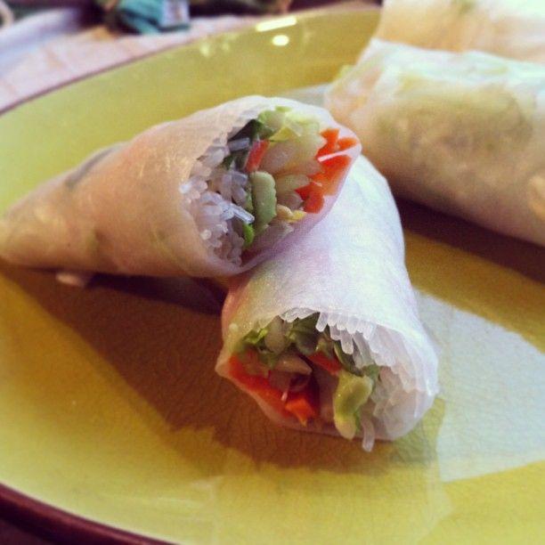 """Comme promis voici 2 nouvelles recettes express inspiré de plats asiatique: le rouleau de printemps au fromage frais et le tartare saumon/avocat/grany. Comme je suis dans ma période """"manger mieux"""" ..."""