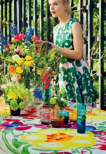 「marimekko」の色鮮やかなテーブルクロス。華やかなパーティー仕様にもすぐに変身することができるアイテムですね♪