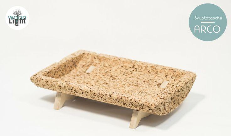 Svuotatasche con struttura in sughero e gambe in betulla. La scelta del sughero deriva da un forte legame con la natura.