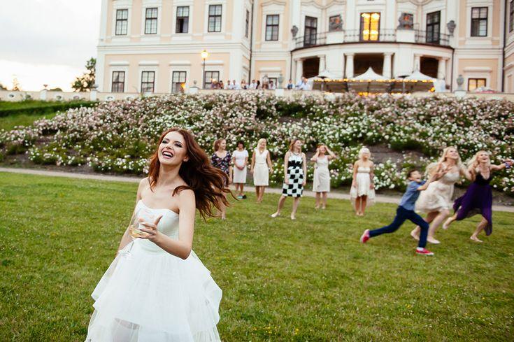 Chateau Liblice.Свадьба в Чехии. Свадебный фотограф в Чехии: подружки ловят букет невесты в замке Либлице, репортаж