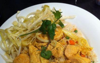 Pollo con zenzero e curry - Il pollo con zenzero e curry è un secondo piatto gustoso e facile da cucinare utilizzando queste due spezie insieme a limone, basilico e vino bianco.