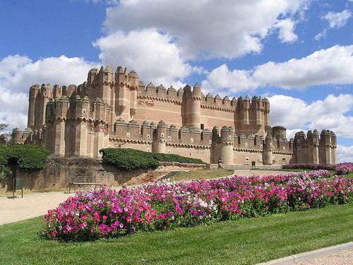 """Castelo de Coca, Espanha,Construído no século XV pelo Arcebispo de Sevilha, o incrível Castelo de Coca ou """"Castillo de Coca"""" é considerado um dos melhores castelos da Espanha. Sendo um excelente exemplo dos estilos Gótico e Mudéjar, o Castelo de Coca encontra-se na cidade de Coca, na província de Segóvia, na Espanha. Visitas guiadas ao seu interior, exterior e ao museu estão disponíveis e são altamente recomendáveis."""