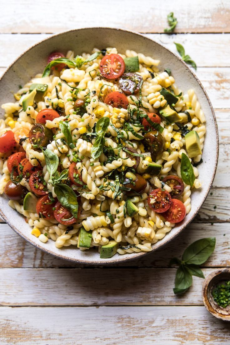 Nudelsalat mit Mais, Tomaten und Avocado
