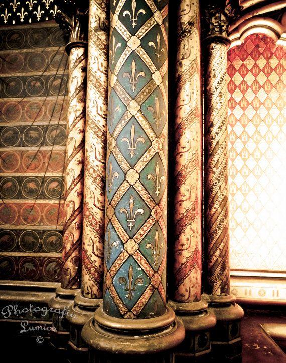 La Sainte Chapelle Cathedral Король дважды совершал крестовые походы, а в 1239 г. выкупил у Латинского императора Балдуина II за огромную для своего времени сумму в 135 000 ливр христианские реликвии Страстей господних, среди которых были терновый венец Иисуса Христа и фрагмент креста, на котором он был распят. Для сравнения, строительство самой капеллы обошлось «всего» в 40 000 ливр.