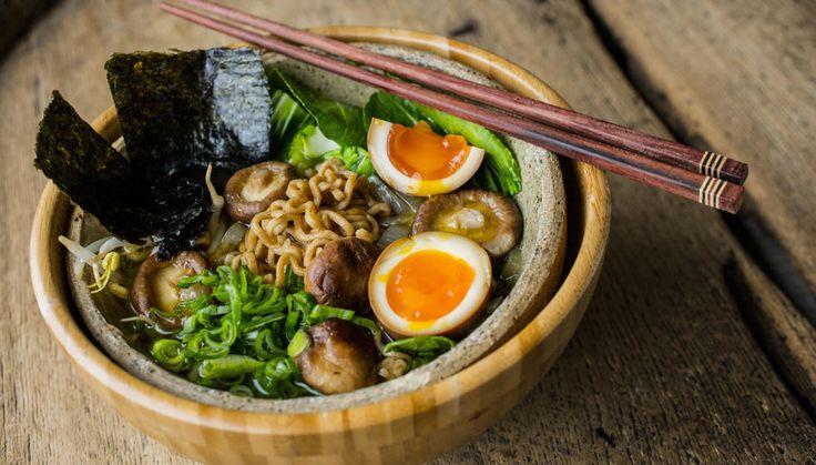 Dette er en enkel og (ganske) vegetarisk variant av japansk ramen. Den er ferdig på under halvtimen og er proppfull av godsaker som sobanudler, shitakesopp og pak choy - ha gjerne i et par bløtkokte eller soyamarinerte egg også!