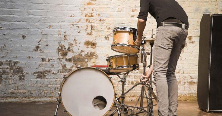 Como fazer um pedal para bumbo de bateria. Se você escutou ou comprou músicas nos últimos trinta anos, provavelmente escutou um pedal de bumbo em ação. Pedais de bumbo geralmente são capas de feltro, espuma ou malha que se acoplam na pele da bateria. O pedal é conectado a um sintetizador ou módulo de bateria que produz sons de percussão pré-gravados. Isso permite ao baterista produzir um ...