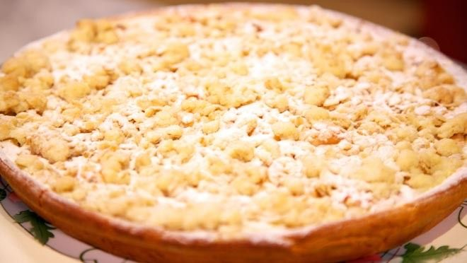 Rabarbervlaai Rabarbercompote 300 g rabarber 300 g appels 150 g suiker Vlaaideeg 7 g gist 100 ml lauwe melk 200 g bloem 1 mespuntje zout 30 g boter 1 eidooier Banketbakkersroom 1 vanillestokje 250 ml melk 75 g suiker 2 eidooiers 1 el bloem Kruimels 90 g boter 75 g suiker 75 g bloem 75 g havermout