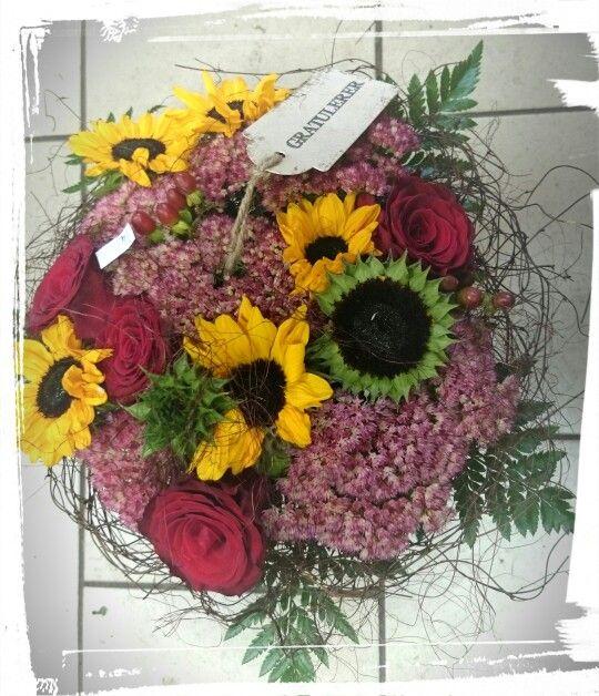 Høstbukett med roser, solsikke,sedum, laget i greinstativ -design ingunngrimsby