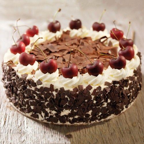 Een Schwarzwälder kirsch taart is een Duitse taart, bestaande uit chocoladecake, slagroom, kersen en kirsch. Met behulp van dit recept kun je nu zelf thuis deze heerlijke chocolade taart met kersen op tafel zetten!