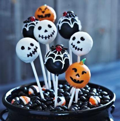 halloween cake pops Recette: http://thepioneerwoman.com/cooking/2008/10/cake-balls-halloween-style/