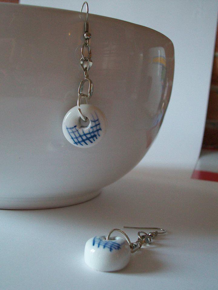Orecchini in ceramica con righe blu