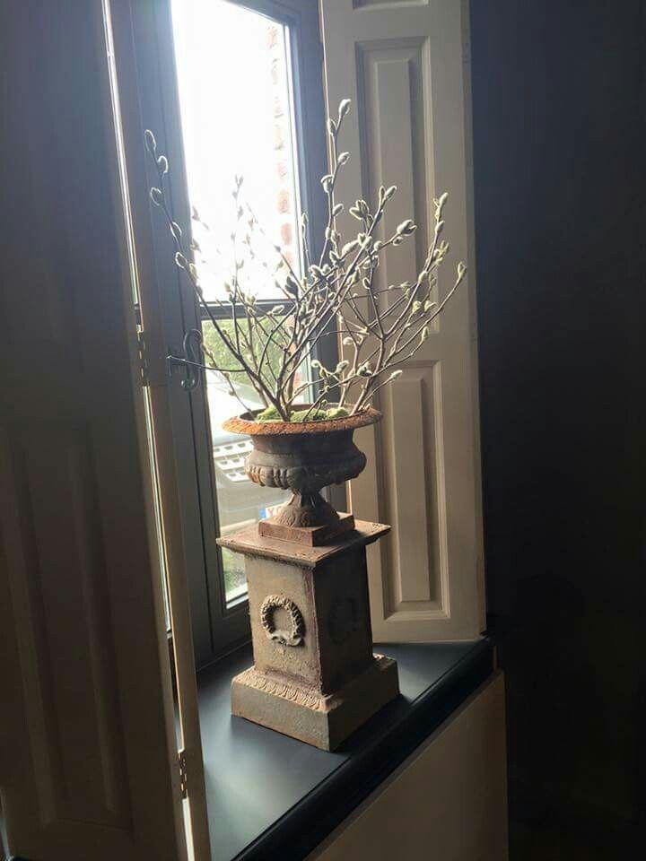 vensterbank, diep raam met Franse vaas