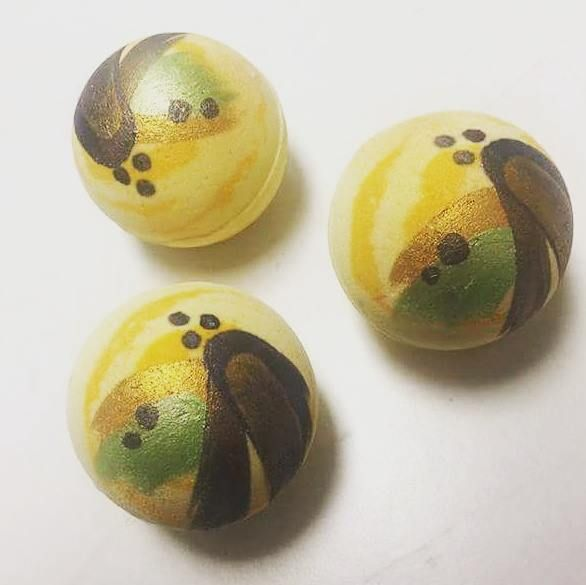 Mondo yellow bath bomb in the scent of balancing lemongrass! Handcrafted and hand painted!