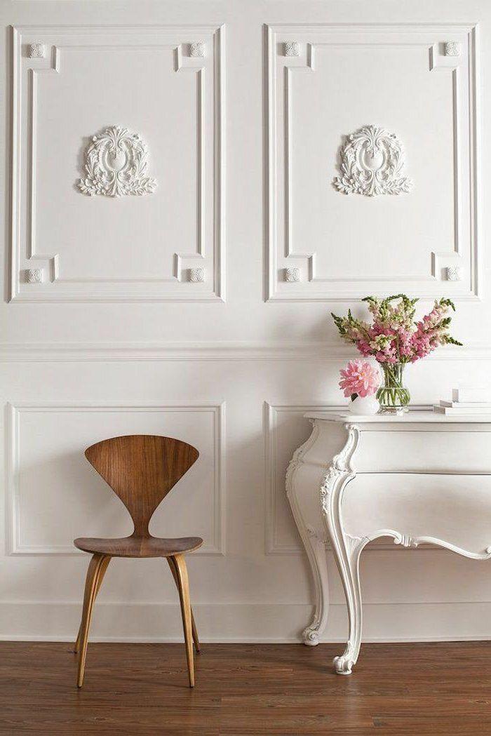 jolie decoration avec une moulure décorative pour les murs et pour le plafond