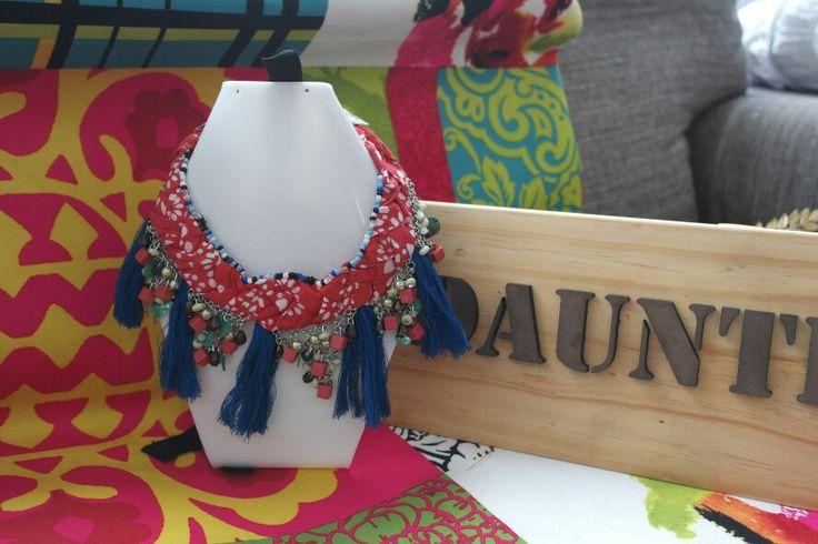 Este collar se puede usar corto o largo, la tela, las piedras y sus penachos son los protagonistas.