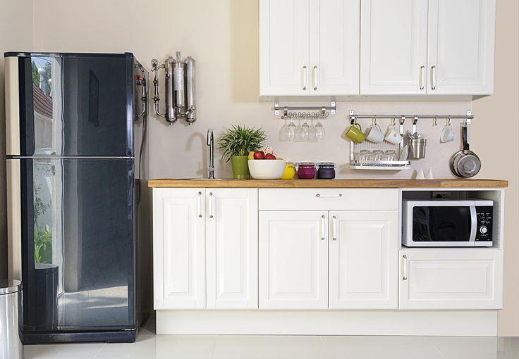 Aunque el espacio sea escaso, una cocina siempre se puede ver espectacular. La clave está en la distribución y los accesorios en la pared.