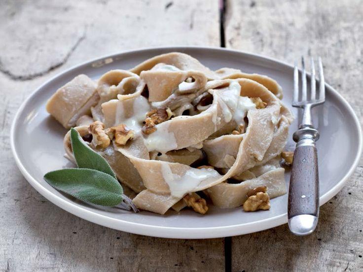 Le pappardelle al caffè con crema di gorgonzola e noci, sono un primo piatto, dai sapori decisi e tradizionali. Vieni a scoprire gli ingredienti....