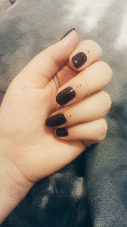 doigt de tatouage – deux points pour mes frères, deux points pour mes parents   – Tattoos