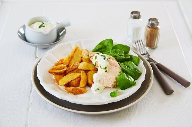 Nydelig buljongtrukket kyllingfilet med stekte poteter og estragon- og gressløksaus.