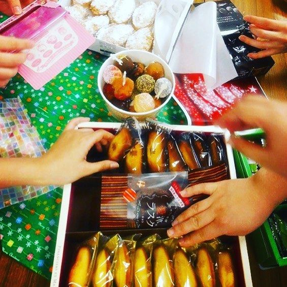素敵なプレゼントが届きました♫ ランチタイムはプチ🎁クリスマスパーティー🎄でした٩(๑❛ᴗ❛๑)۶  #東亜和裁 #東亜 #クリスマスプレゼント #クリスマス #フィナンシェ大好き #お菓子いっぱい #お菓子