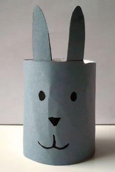 Tuto pour créer un rond de serviette en forme de lapin à partir d'un rouleau de papier toilette.