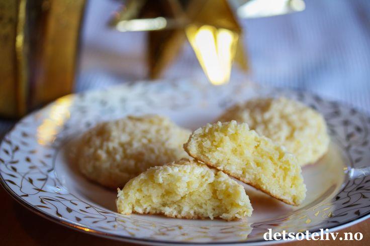 Dette er en veldig enkel, men spesiell oppskrift på kokoskaker. Vaniljekremen i deigen gjør kakene utrolig myke og saftige. Oppskriften gir 20 stk.