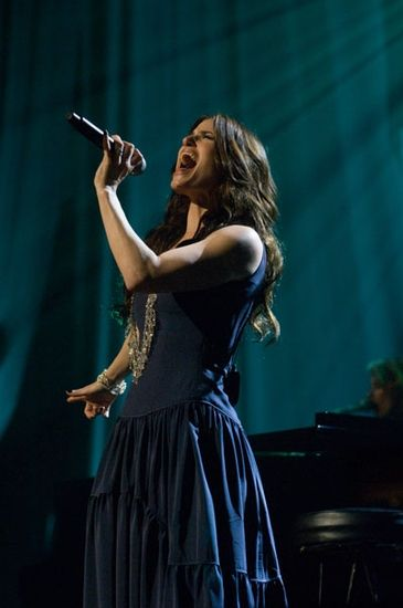 Idina Menzel is so amazingly talented, I hope to follow her footsteps, adn to one day play Elphaba on Broadway <3
