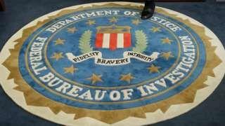 """Image copyright                  AP                  Image caption                                      El FBI depende orgánicamente del Departamento de Justicia de EE.UU.                                En Estados Unidos llaman la """"sorpresa de octubre"""" al evento político inesperado que sucede a pocas semanas o días de las elecciones presidenciales."""