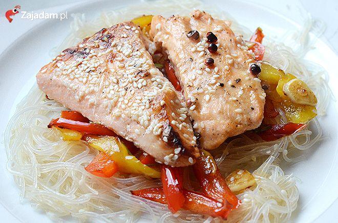 Kuchnia orientalna - łosoś z makaronem ryżowym / Salmon and rice noodles