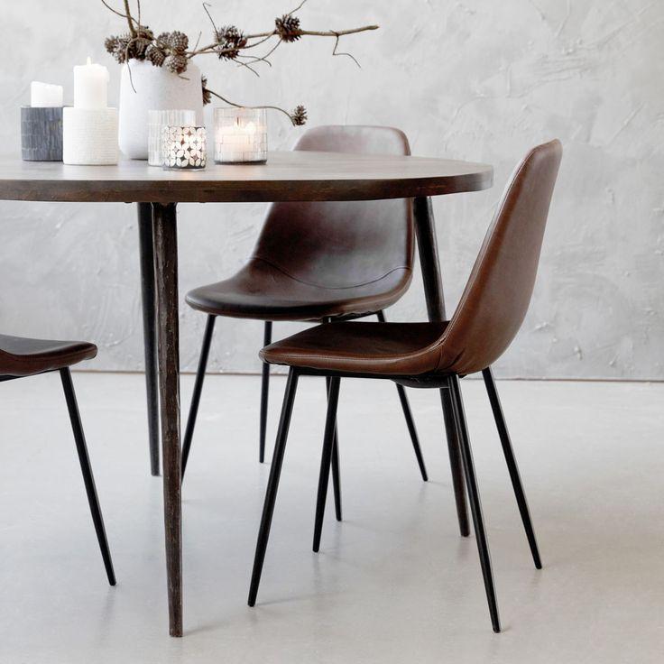 Forms stol från House Doctor. En enkel och stilren stol i svarta stålben och brunt polyure...