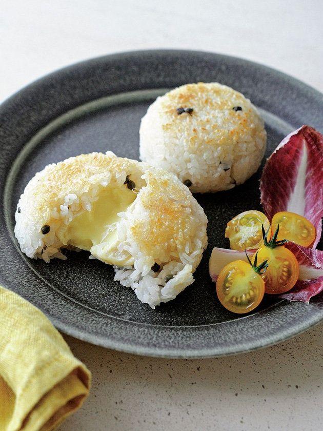 チーズを具にした新感覚の焼きおにぎり。アツアツで食べたら、中からトロリ♡|『ELLE a table』はおしゃれで簡単なレシピが満載!