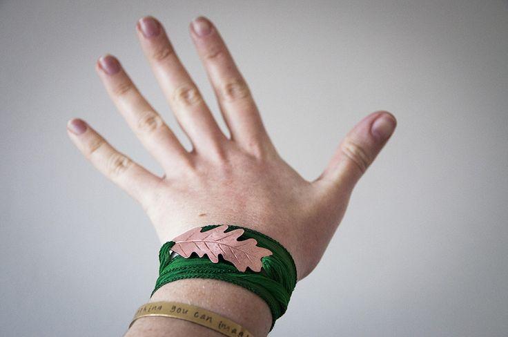 Braccialetto da avvolgere cn foglia e nastro verde di Gioielli fatti a mano da SilviaWithLove - prodotti unici e personalizzati  su DaWanda.com