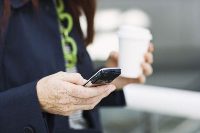 Vous êtes constamment accrochés à votre téléphone intelligent? Les experts agitent le drapeau rouge! Tandis qu'une dépendance aux gadgets portables est difficile à définir et bizarrement, acceptable en société, trop d'attention tournée vers les objets technologiques peut vous rendre incapable de vous concentrer, et vous vider complètement. Voici huit conseils pour reprendre votre vie en main, dès maintenant.