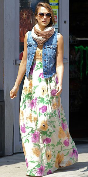 JESSICA ALBA    La actriz escogió el atuendo perfecto para una tarde primaveral de domingo: un vestido maxi con estampado floral, chaleco de mezclilla y una bufanda. Así lució durante una fiesta de Pascua en Oxnard, CA, a la que llevó a sus hijas, Haven y Honor Marie.