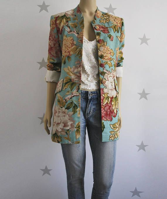 wonderful printed coat imported in perfect condition. 100% cotton fabric with romantic floral print and embroidery on the right front side. buttons lined in the same fabric as the coat. 38/40 dress, but we recommend checking measurements: from shoulder to shoulder: 40 cm from axilla