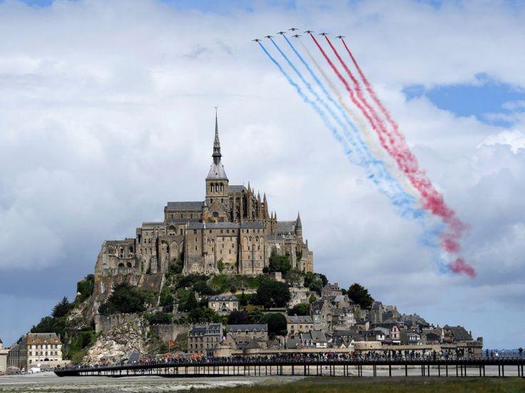 Les Alphajet de la Patrouille de France survolent le Mont-Saint-Michel à l'occasion du coup d'envoi du Tour de France, le 2 juillet, depuis la célèbre abbaye. AFP PHOTO / LIONEL BONAVENTURE