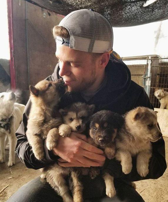 Ein weiterer olympischer Spieler nimmt einen Hund von den Olympischen Spielen mit nach Hause
