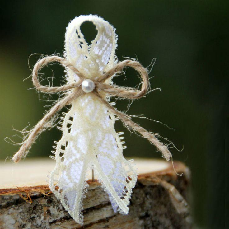 """Vývazek+se+špendlíkem+""""de+luxe""""+Cena+za+1+ks+svatebního+vývazku+(mašličky,+voničky)+s+krajkou+a+perličkou.+K+vývazkům+jsou+připevněny+špendíky.+_______________________________________________________+NAPIŠTE+MI+;-)+VYTVOŘÍM+VÁM+SADU+PODLE+VAŠEHO+PŘÁNÍ.+Potřebujeteli+jiné+množství,+jiné+typy,+jinou+barvu,...+cokoliv,+ +Možno+ve+stejném+stylu+vytvořit+náramky+pro+..."""