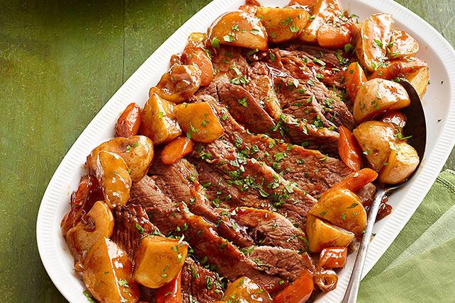 Dale un toque distinto, original y delicioso a la carne de res con esta riquísima receta de pecho de res al horno con salsa para asar.