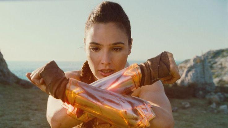 Cade mereu în picioare, coafura îi rezistă, iar machiajul rămâne impecabil. Wonder Woman, din filmul lui Patty Jenkins, devine interesantă ca personaj de-abia când îşi arată vulnerabilităţile şi latura ei naivă. Oricum s-ar numi protagonistul, într-un film cu supereroi, aşteptările sunt anticipate: ştii că urmează să vezi o poveste în care personajul principal învinge, că, …