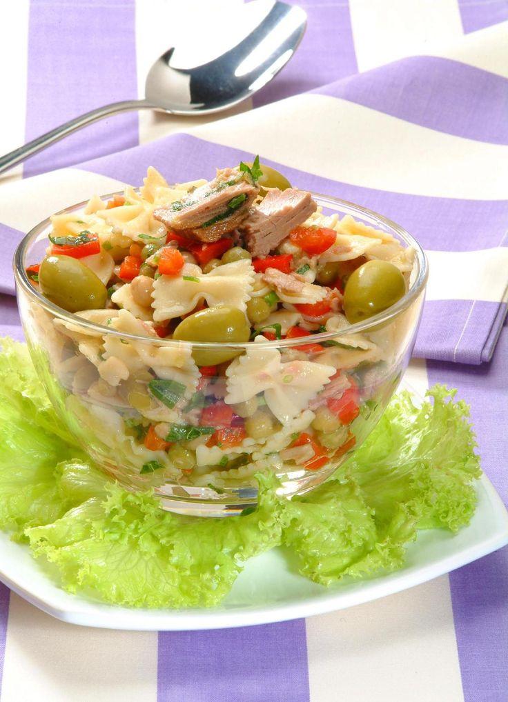 Tempo: 25min (+2h de geladeira) Rendimento: 6 Dificuldade: fácil Ingredientes: 100g de macarrão tipo gravatinha 1 lata de atum escorrido 1 lata de ervilha